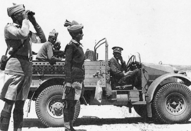 Индийский офицер 6-го Раджпутского пехотного полка проводит рекогносцировку на местности - Ливия 1941 год