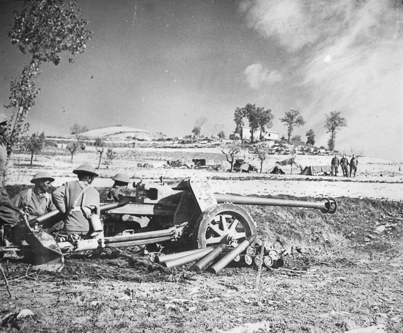 Индусы-артиллеристы британской армии у захваченной  в Италии немецкой 75-мм противотанковой пушки PaK 40