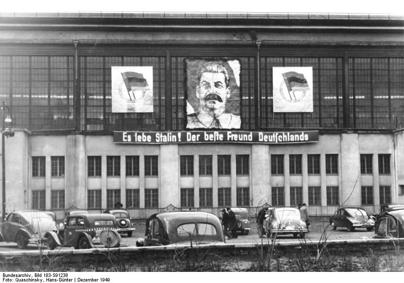 Bundesarchiv_Bild_183_S91238__Berlin__Bahnhof_Friedrichstra_e__Stalin_Propaganda