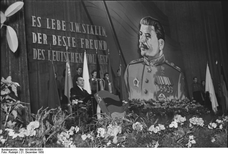 Bundesarchiv_Bild_183-09039-0001,_Festansprache_Grotewohl_zum_Stalin-Geburtstag