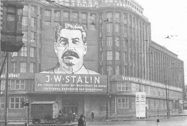 ранспарант с портретом Сталина и лозунгами на здании Центрального Комитета СЕПГ_ Берлин_ 1950 г надпись Сталин - вождь и учитель человечества в борьбе за мир, демократию и социализм