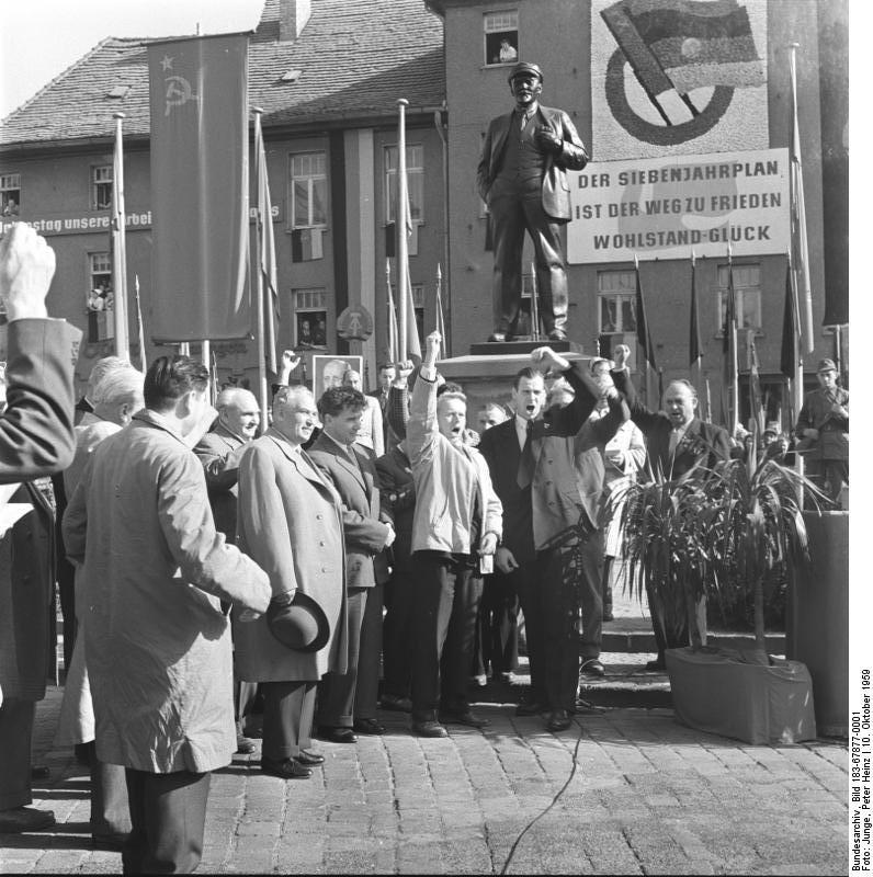 Bundesarchiv_Bild_183-67877-0001,_Eisleben,_Lenindenkmal,_sowjetischer_Delegation