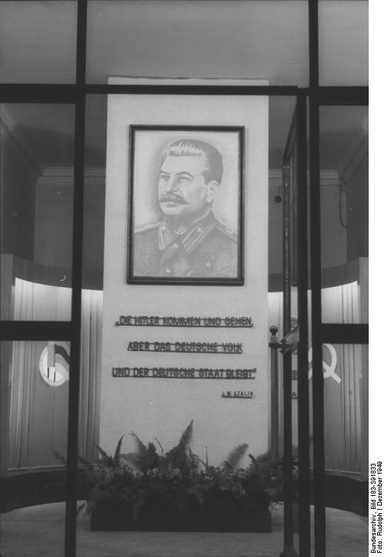 Гитлер приходит и уходит а нем народ остается - плакат в ГДР на 70-летие Сталина
