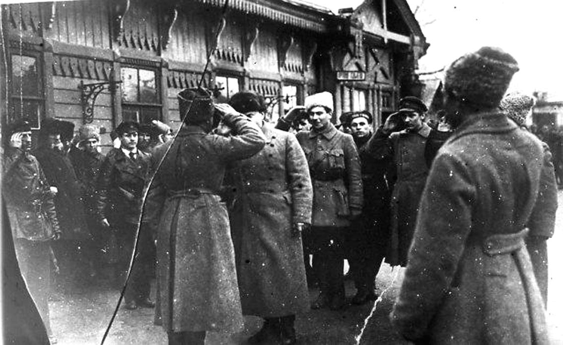 Троцкий принимает рапорт начальника почетного караула по приезде в город Балашов  1919
