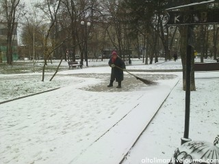 снег дворник парк кованых фигур Донецк Свет счастливой звезды http://altoliman.livejournal.com/