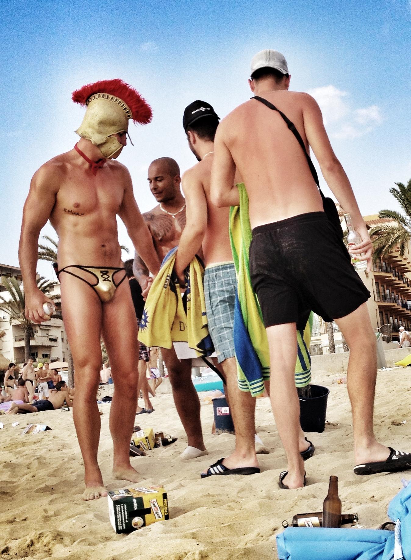 Пьяную девушку сняли на пляже 4 фотография