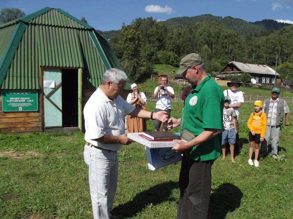 Министр культуры РА Кончев ВЕ вручает подарки директору АГПБЗ Калмыкову ИВ