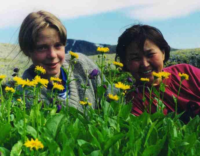 Светлана Куртова (справа) с юным волонтёром, 1997г.