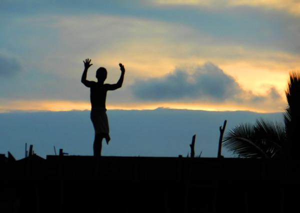 Камбоджийский строитель танцует на крыше. Сиануквиль. Камбоджа.