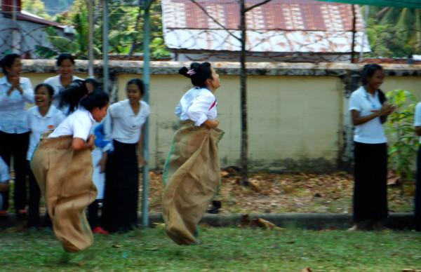 Бег в мешках. Студенты Don Bosco Hotel School отмечают Новый Год. Сиануквиль. Камбоджа.