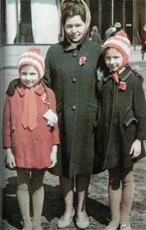 Наина Ельцина с дочерьми Таней и Леной... Середина 1960-х годов...