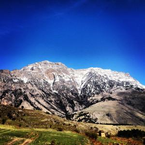 Горы на фоне синего неба
