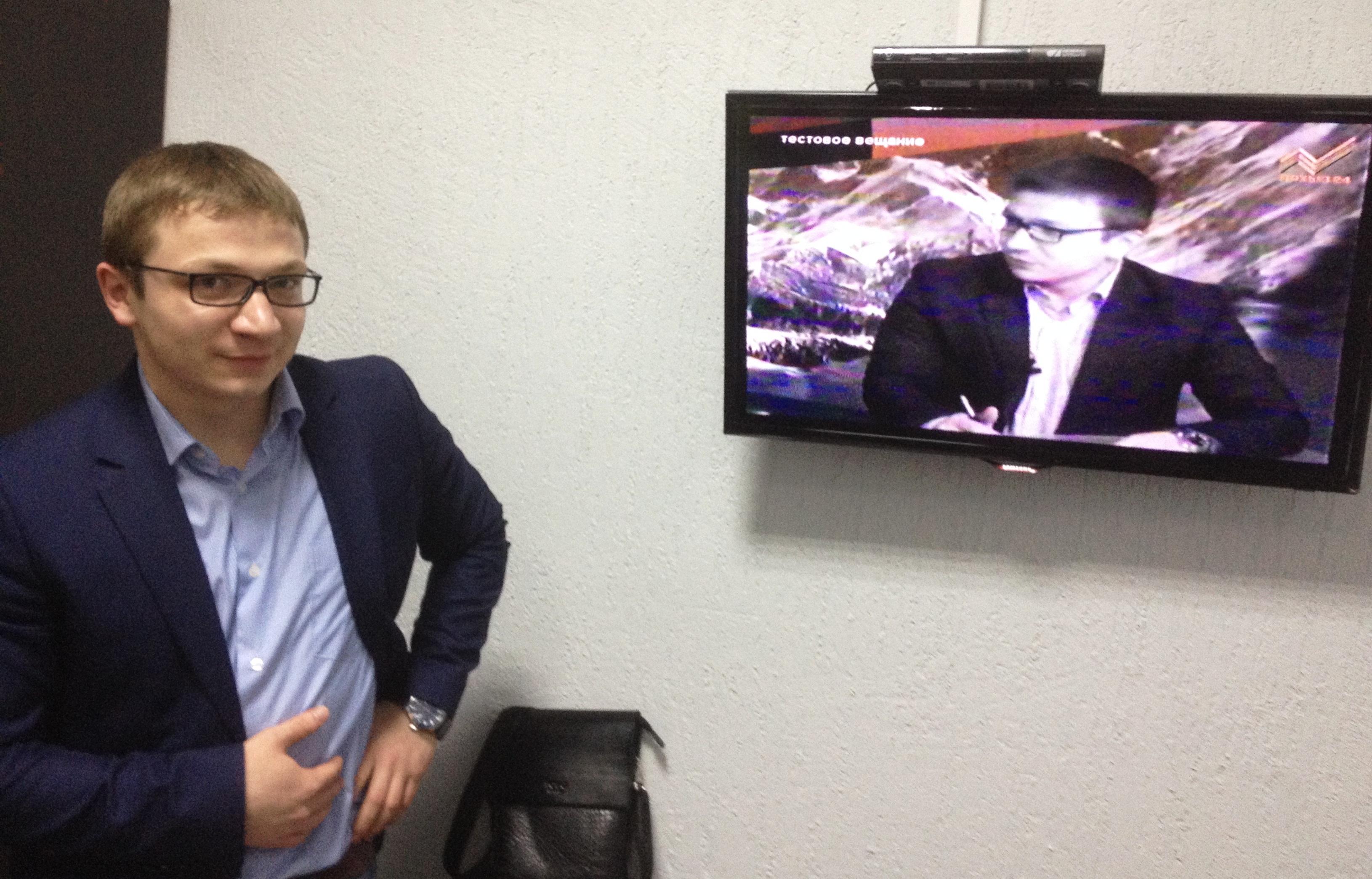 Ведущий программы Марат Хутов на фоне своей передачи