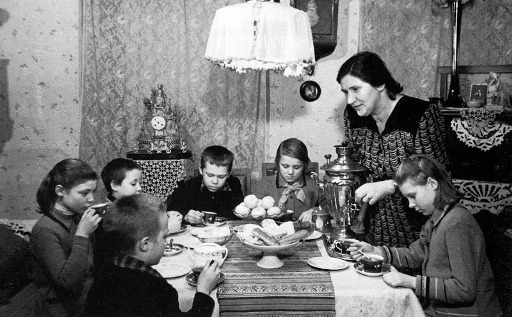 Группа воспитанников детского дома №31 Москворецкого района в один из воскресных дней у своего шефа -