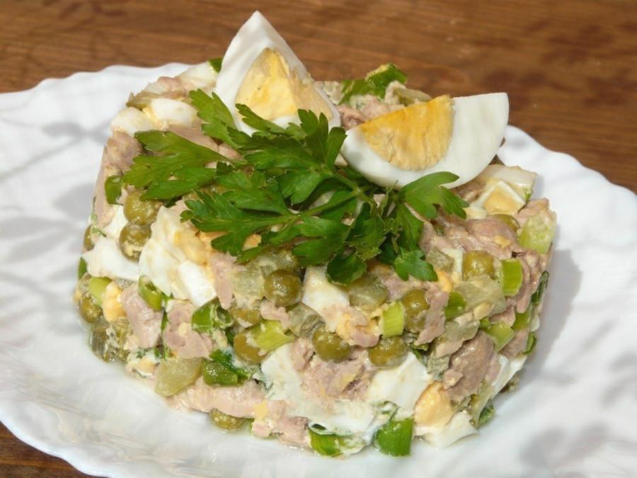 Салат из печени трески с горошком