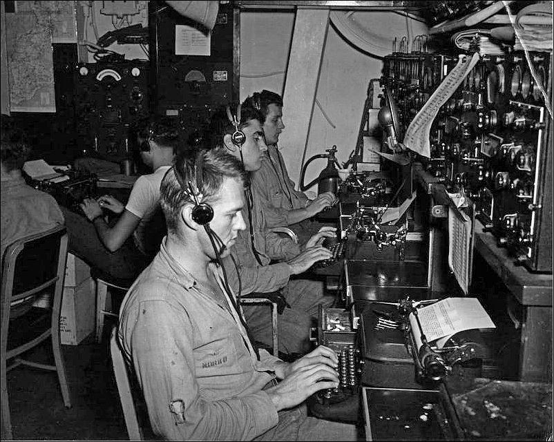 кларк3 В радиорубке авианосца «Санти» (USS Santee (CVE-29) во время битвы в заливе Лейте.