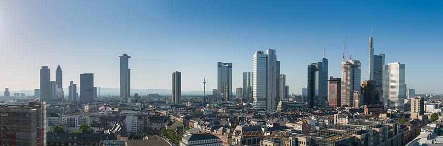 900px-Frankfurt_Skyline_Pano.Südwest.20130618