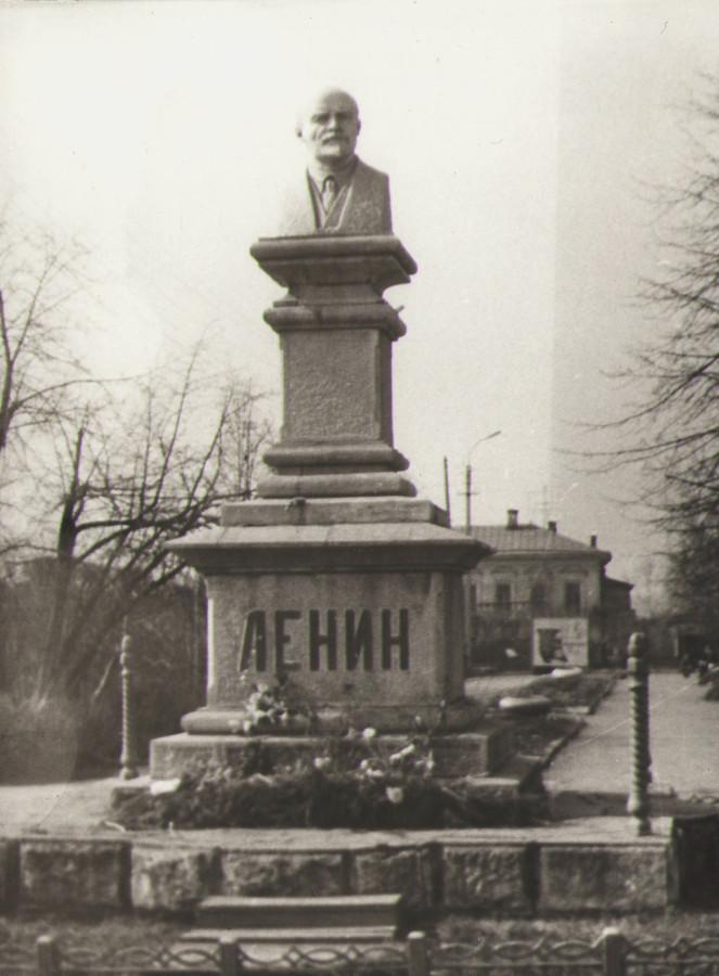 Памятник Ленину в городском парке