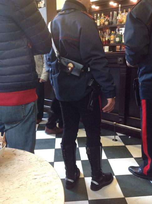 avete mai osservato la divisa dei carabinieri italiani
