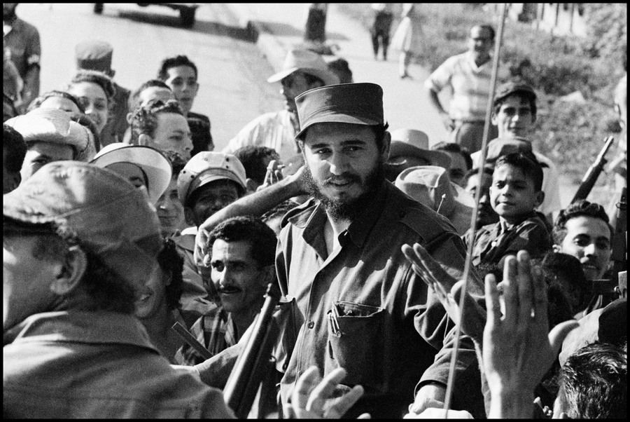 02 Burt Glinn CUBA. La Havana. 1959. Fidel CASTRO among the crowd just before his entry into Havana.jpg