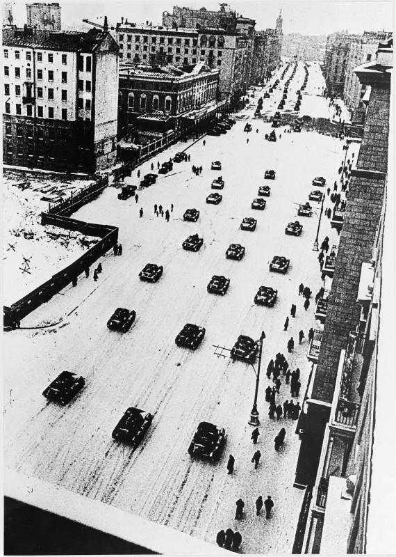 100140 Улица Горького.Танки движутся на парад 7-11-1941.jpg