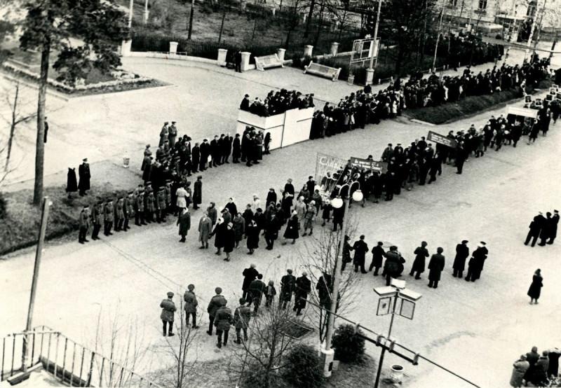 337040 Ноябрьская демонстрация на проспекте Ленина напротив ДК ФЭИ.jpg