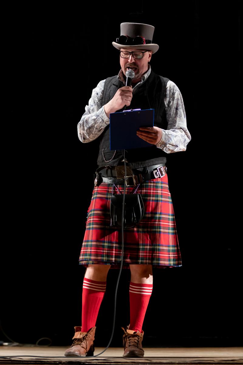 Актер и телеведущий Кирилл Радциг открывает концертную часть фестиваля кельтской арфы АрфаVita. Фотограф: Петр Данилов.