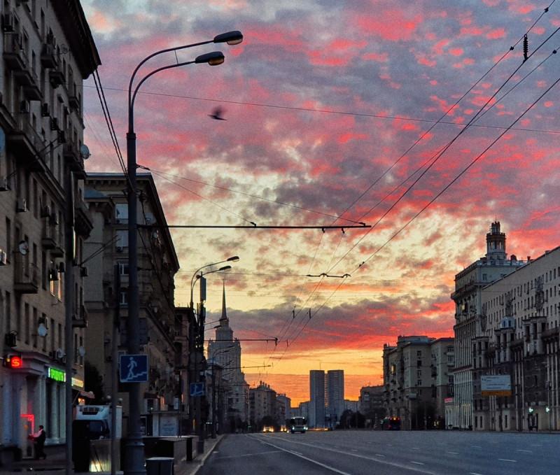 Восход на Кутузовском проспекте в Москве. Фотограф: Петр Данилов