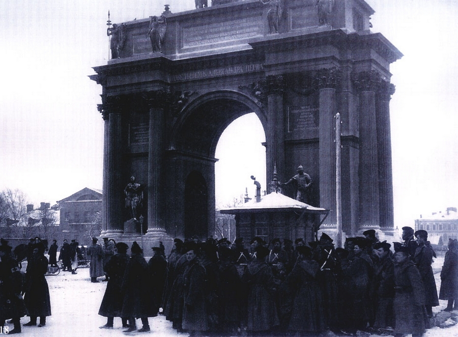 1905 Санкт-Петербург 129598 У Нарвских ворот 9 января 1905 года до начала шествия.jpg