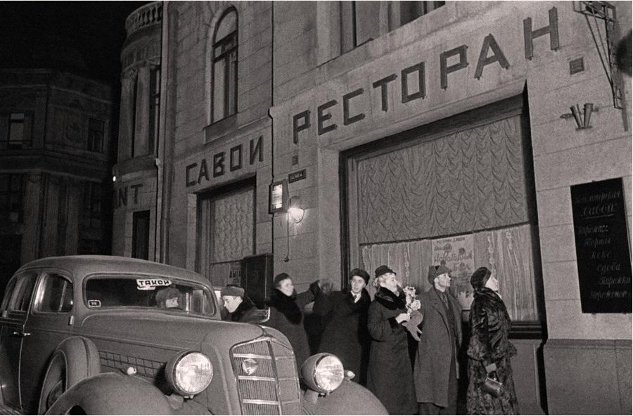 1939 294111 Москвичи готовятся к встрече Нового года в ресторане _Савой_.jpg