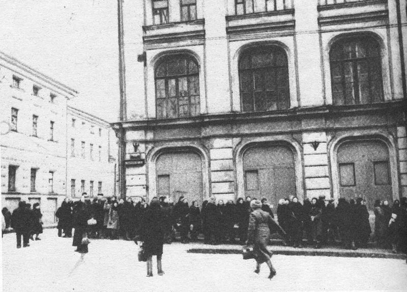 1941 Москва 27557 Очередь в филиал Большого театра. Декабрь 1941 г.jpg
