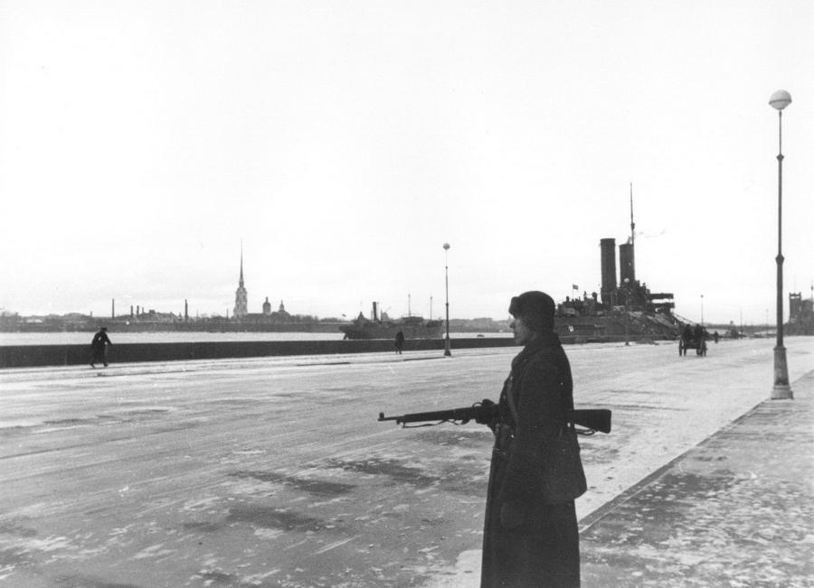 1941 январь 9 Ленинград 124295 Часовой на набережной 9-го января.jpg