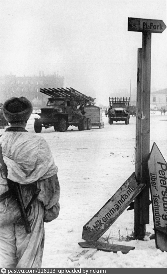1944 январь 9 Новгород 228223 Части Красной Армии на площади 9 января (Софийской).jpg