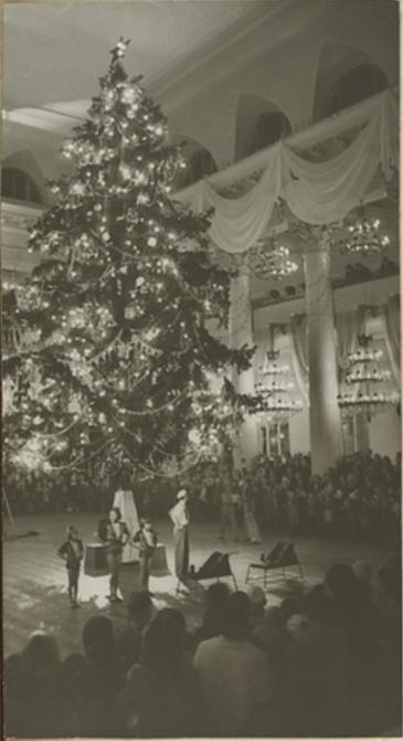 1947 Выступление артистов у Новогодней елки в Колонном зале Дома Союзов.jpg