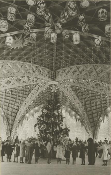 1947 У новогодней елки в Измайловском парке.jpg