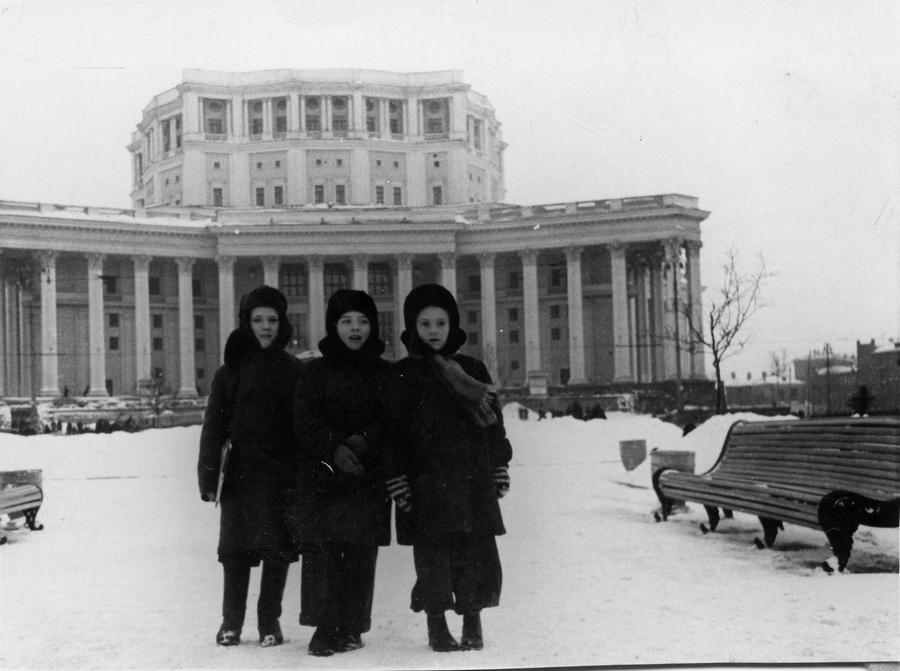1957-1958 Москва 205332 Поход на Новогоднюю ёлку в Театр Советской Армии.jpg