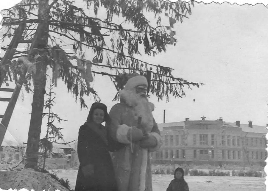 1961 Якутск 374907 Новогодняя ёлка на площади.jpg