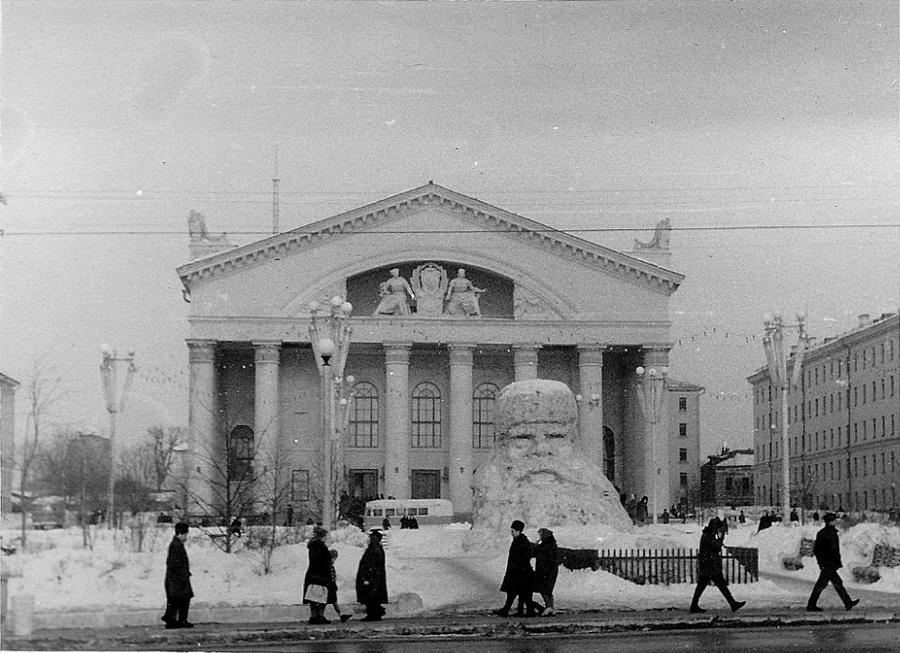 1966 январь 379549 Театральная площадь после встречи Нового года.jpg