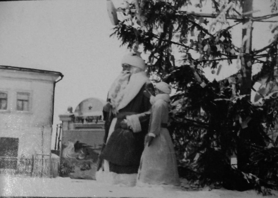 1970-1975 Зарайск 389622 Новогодняя ёлка на площади Революции перед Троицкой церковью.jpg