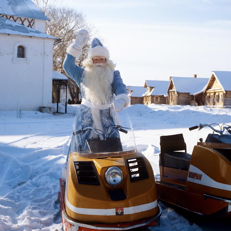 1983 Суздаль 396115 Дед Мороз на снегоходе поздравляет жителей Суздаля с Новым годом.jpg