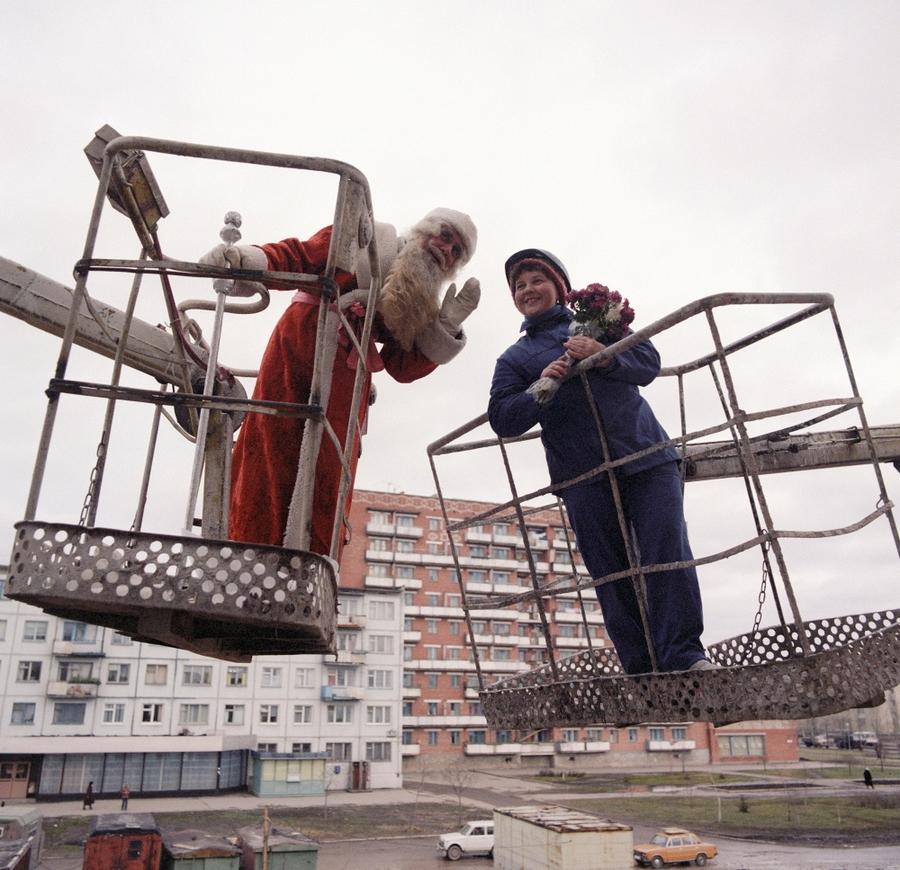 1986 290205 Дед Мороз поздравляет с Новым годом строителей ДК Химиков..jpg