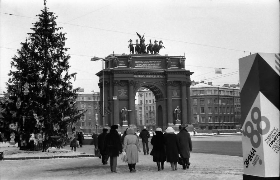 1987 Ленинград 142564 площадь Стачек, Новый год, Триумфальная арка.jpg