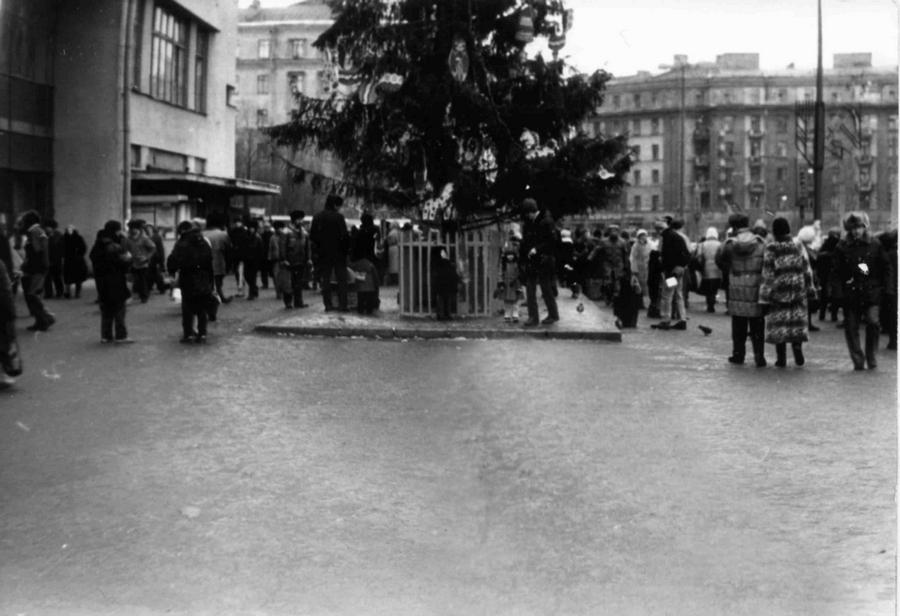 1990-1993 Ленинград 120817 Ёлка перед Кировским универмагом.jpg