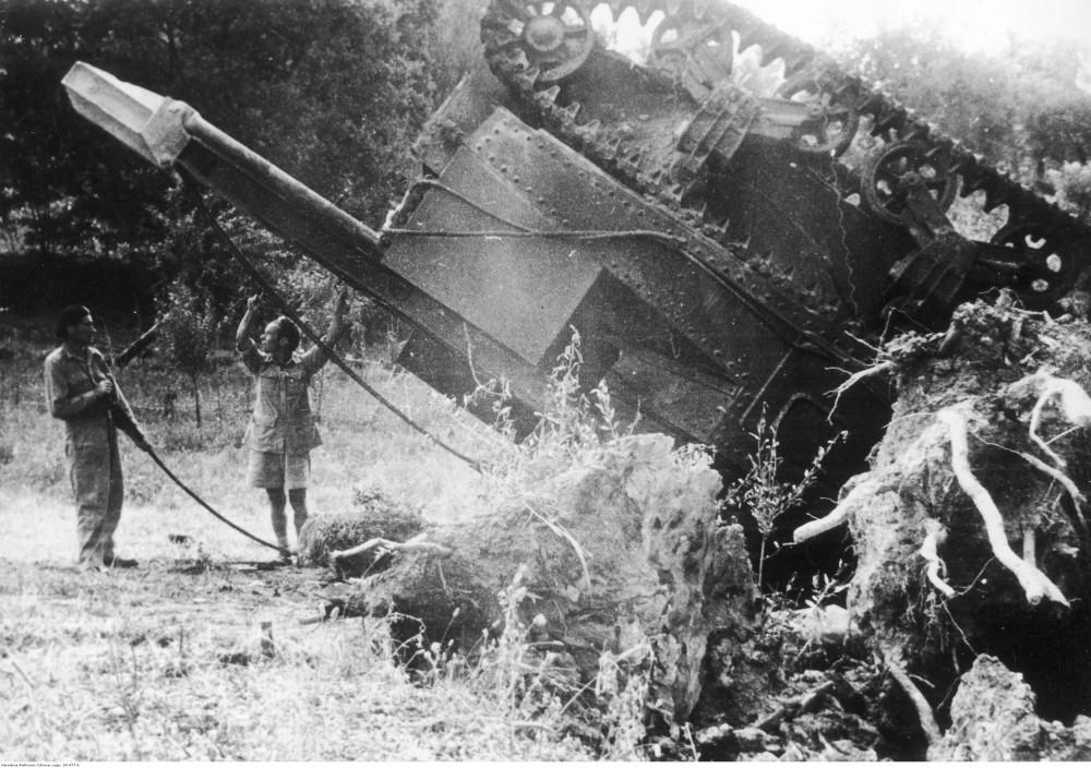 Włochy. Czołg ratowniczy, który przewrócił się w czasie pracy na wzgórzu Badia, 18 lipca 1944 r.