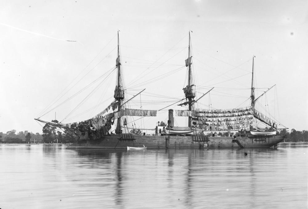L'aviso le 'Bisson', au mouillage devant Paramaribo ('Le linge au sec') - [photogr.] A. S[alles] - 1894