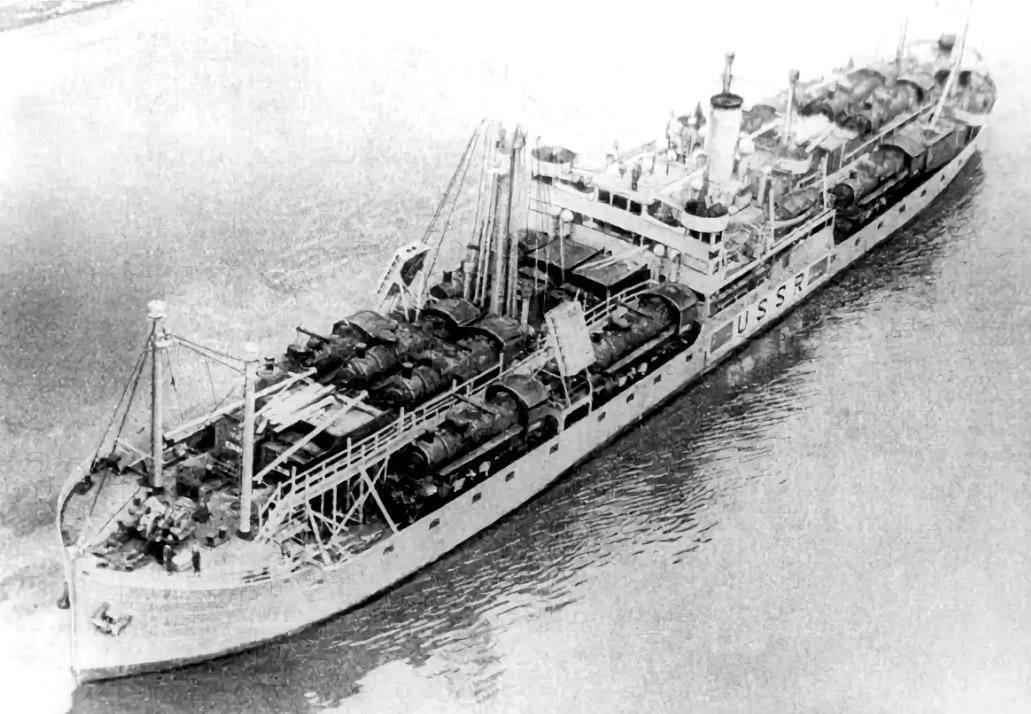 Ленинградский лесовоз постройки 1933 года Клара Цеткин переоборудовали под транспортировку 18 паровозов