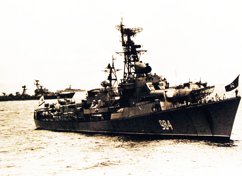 A Soviet Krupny class guided missile armed destroyer, a Soviet Kotlin Sam class guided missile armed destroyer and USS Sample (DE 1048) in the waters off the coast of Hawaii. September 14, 1971