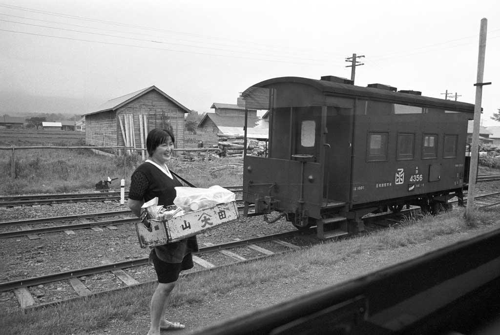 Обасан продает экибен. Может быть станция Урасу (浦臼駅), 1970