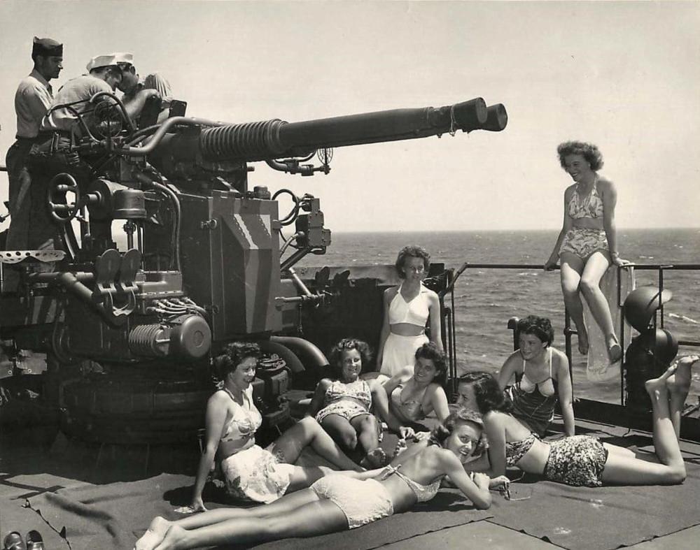 Медсестры армии США принимают солнечные ванны на палубе. Район Соломоновых островов 1945 г.