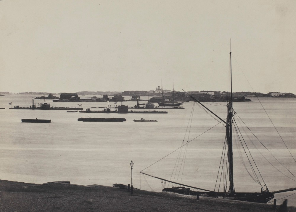 Вид на Южную гавань Гельсингфорса, парусник у пристани Кейсаринлуодо, на заднем плане Валкосаари, Луото и Суоменлинна. В море русские мониторы Латник 1870е
